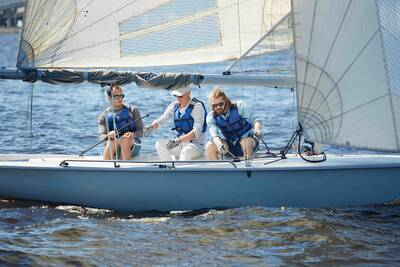 sailing-in-the-sea-864l5yk